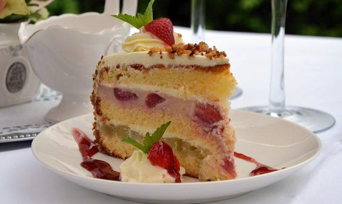Erdbeer-Rhabarber-Krokant-Torte